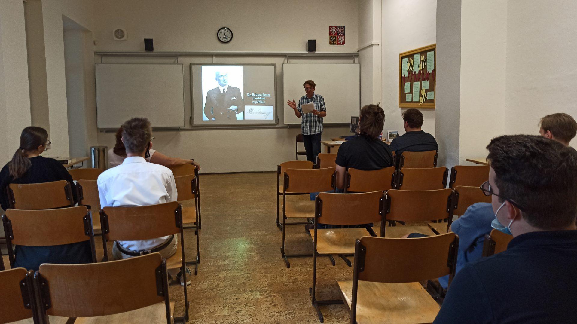 Přednášející Mgr. Ryjáček mluví o prezidentu Benešovi