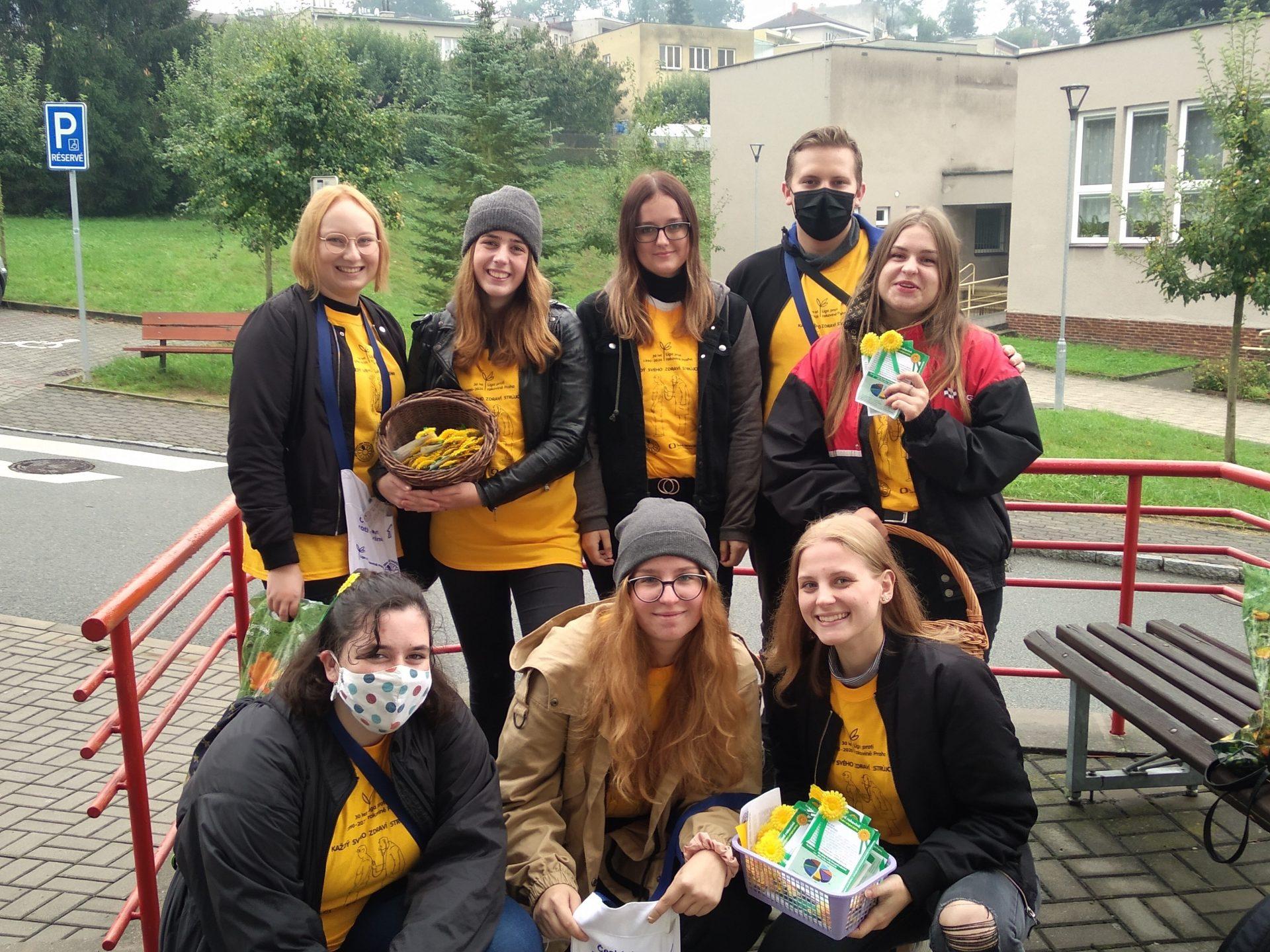 Studenti při účasti na sbírce Českého dne proti rakovině