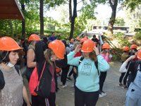 Účastníci výletu v ochranných přilbách před vstupem do dolů