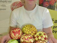 Žákyně CU1 se svými výrobky po absolvování carvingového kurzu