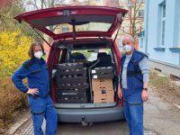 7-páni školníci pomáhají při rozvozu zákusků